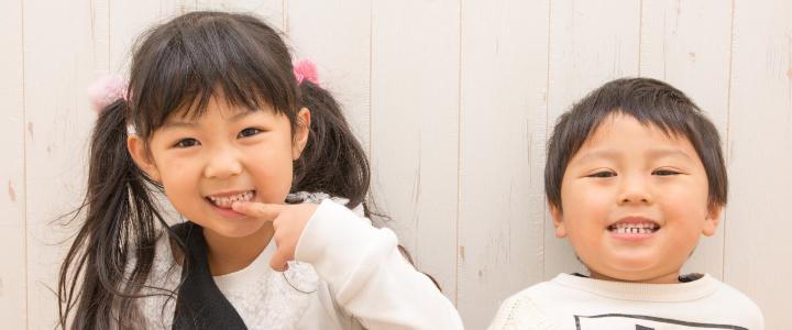 きれいな歯を笑顔で見せる子どもたち