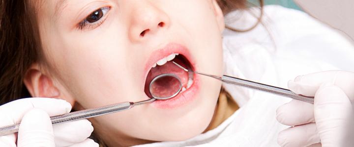 歯科治療を受ける子ども