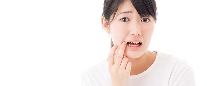 歯を気にする女性のイメージ写真