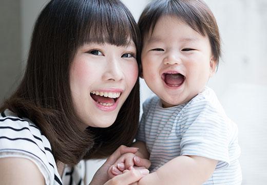 親と子どもが笑っている写真