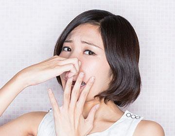 歯周病に苦しむ人のイメージ写真
