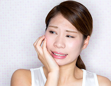 虫歯にかかった人のイメージ写真